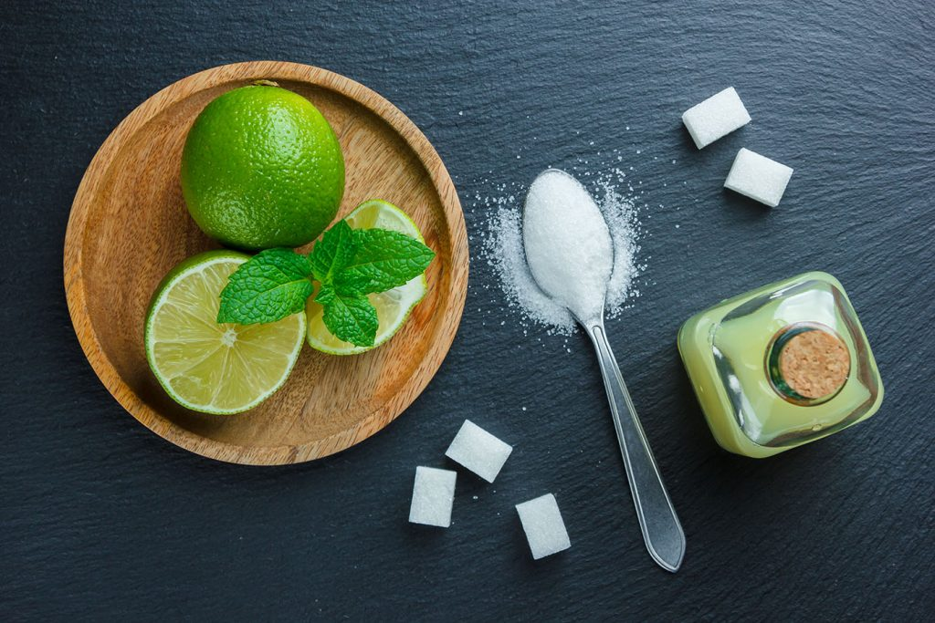 Bạn chỉ cần lấy nước cốt một quả chanh kèm theo một thìa cafe muối. Sau đó chấm bàn chải vào hỗn hợp, và đánh răng khoảng 2 phút rồi súc lại với nước muối.
